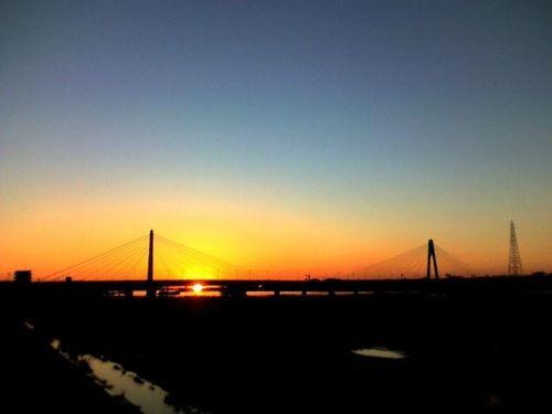 朝焼けに映える橋