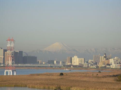 川崎越しに望む富士山(最大ズーム)